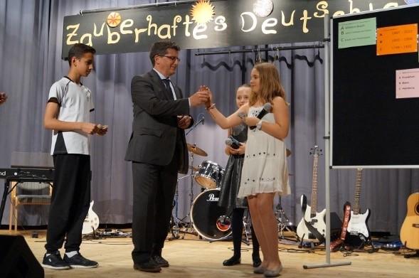 Ein Preis für Quizsieger Schulleiter V. Schmidt