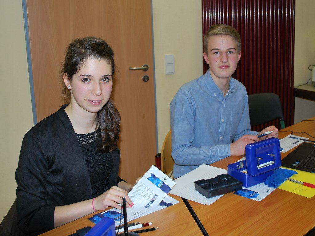 k-Fabienne und Julian beim Aktienverkauf