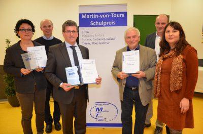 Die Preisträger Andrea Bauscher (links)  und Roland Schade (Mitte rechts) mit ihren Laudatoren und Schulleiter Volker Schmidt (Mitte links) Foto: Karin Waldhüter (OP)