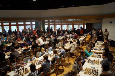 Konzentration an hundert Schachbrettern