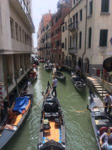 Die berühmten Gondeln in Venedig