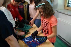 Schuhe binden unter erschwerten Bedingungen - komp.