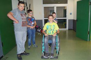 Sechstklässler im Rollstuhl unterwegs - kom.