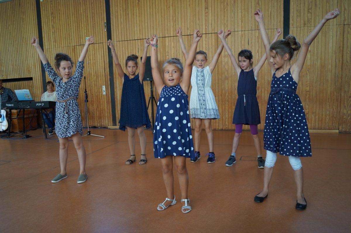 Blaue Mädels tanzen