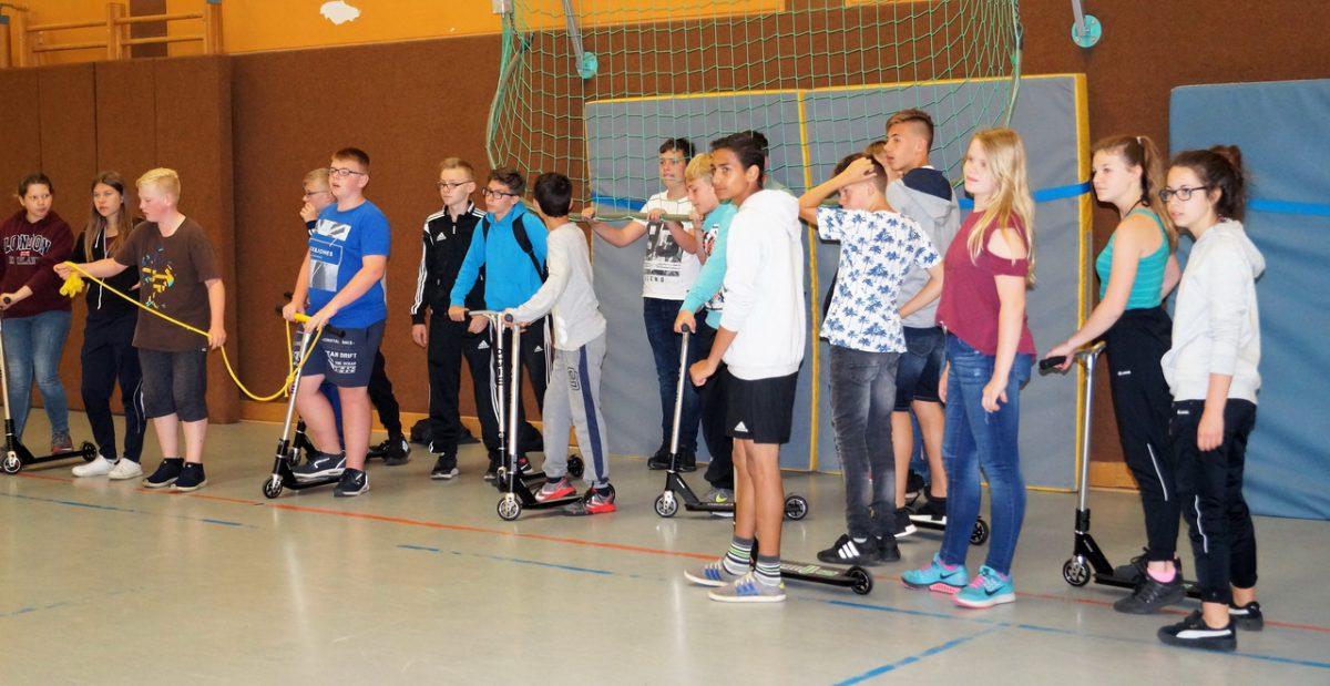 Schüler mit neuem Sport-Equipment - klein