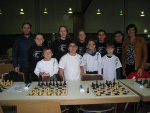 Benny und Ursula mit Schachmannschaft