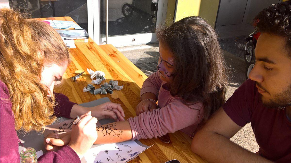 Christine Lotz malt Henna-Tattoos