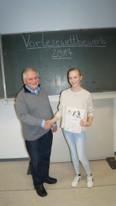 Juror Roland Schade gratuliert Celina Philipp - komp.